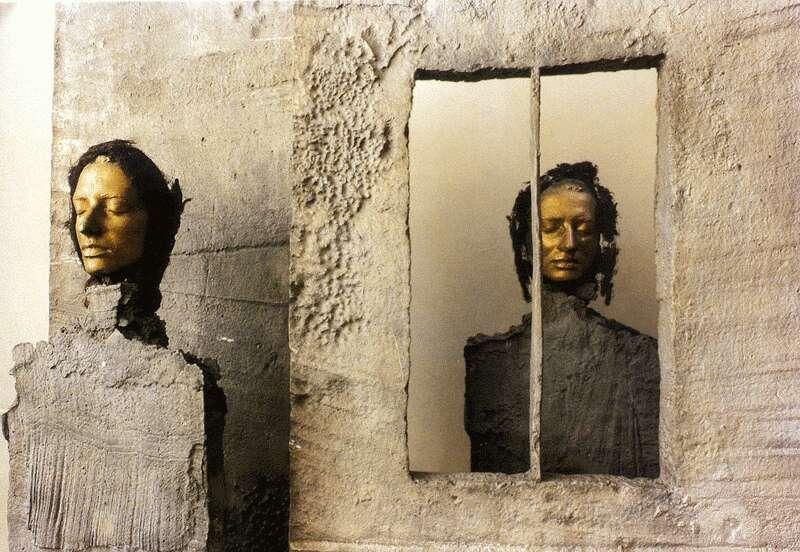 Schaár, Erzsébet: Girl at the door