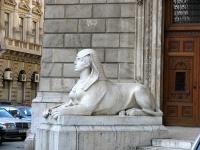 Stróbl Alajos: Szfinx (az operaháznál)