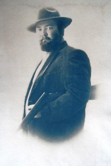 Rátonyi, Dávid: Self portrait with rifle
