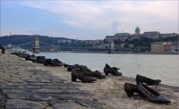 Pauer, Gyula: Shoes on the Danube riverbank